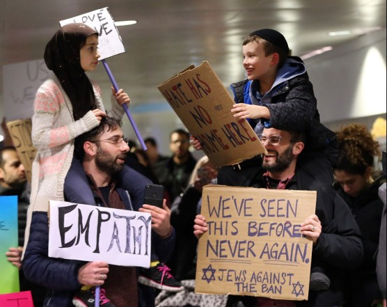ct-jewish-muslim-fathers-viral-photo-met-20170131